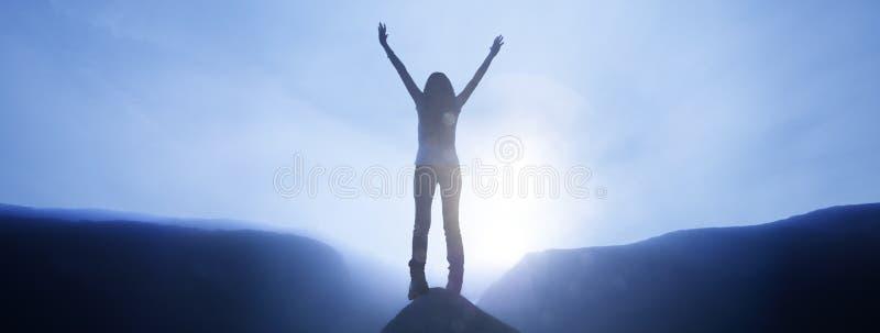 Vrouw die zich bij een top bevinden royalty-vrije stock foto