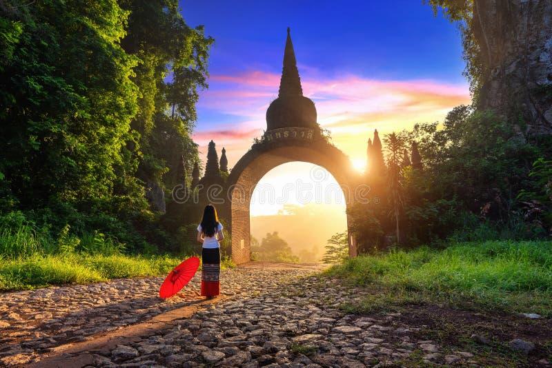 Vrouw die zich bij Khao-Na Nai Luang Dharma Park in Surat Thani, Thailand bevinden royalty-vrije stock fotografie
