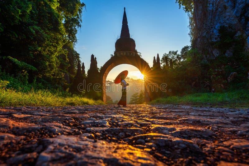 Vrouw die zich bij Khao-Na Nai Luang Dharma Park in Surat Thani, Thailand bevinden royalty-vrije stock afbeeldingen