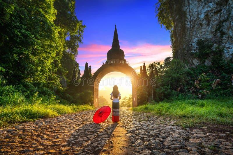 Vrouw die zich bij Khao-Na Nai Luang Dharma Park in Surat Thani, Thailand bevinden stock foto