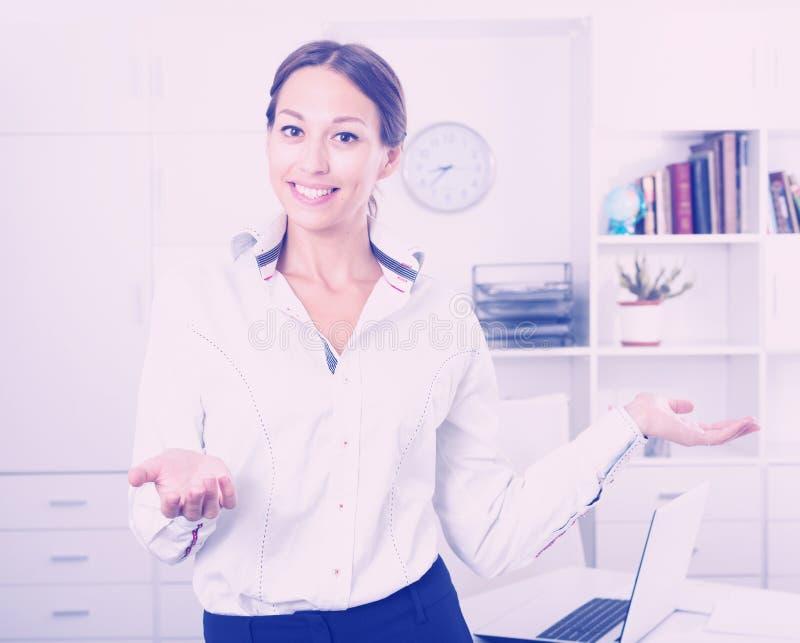 Vrouw die zich in bureau bevinden royalty-vrije stock foto's
