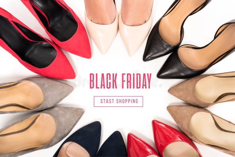 vrouw die zich in cirkel met schoenen bevinden royalty-vrije stock afbeeldingen