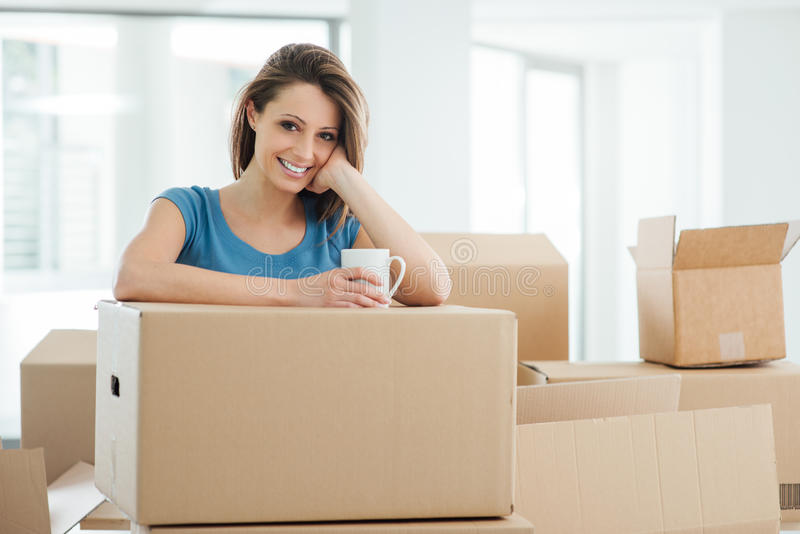 Vrouw die zich in haar nieuw huis beweegt stock afbeelding