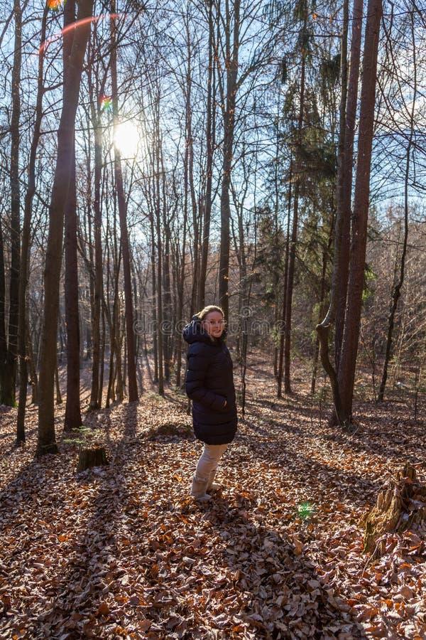 Vrouw die zich in het bos bevinden stock afbeelding