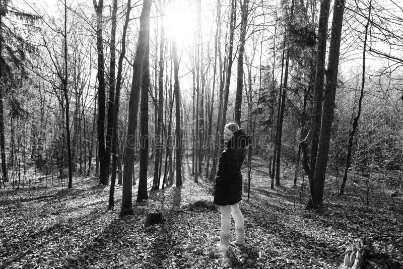 Vrouw die zich in het bos bevinden stock foto's