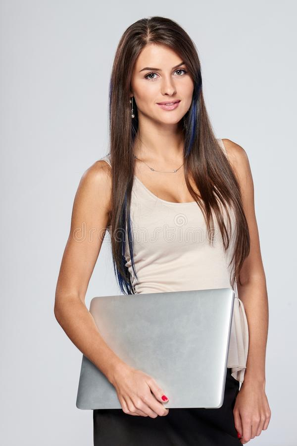 Vrouw die zich met gesloten laptop bevinden royalty-vrije stock afbeeldingen