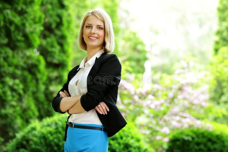 Vrouw die zich met gevouwen wapens bevindt royalty-vrije stock afbeeldingen