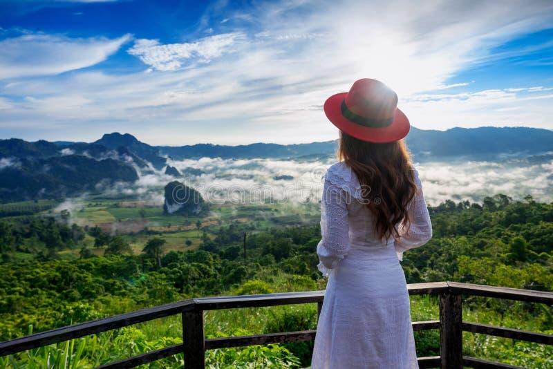 Vrouw die zich op Phu Lang Ka, Phayao in Thailand bevinden stock foto