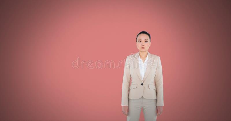 Vrouw die zich in roze ruimte bevinden stock foto's