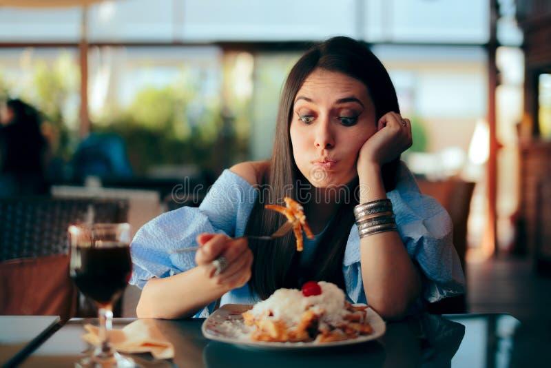 Vrouw die Ziek terwijl het Eten van Reusachtige Maaltijd voelen royalty-vrije stock foto