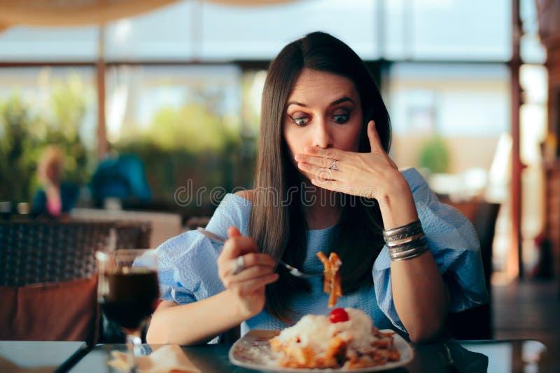 Vrouw die Ziek terwijl het Eten van Reusachtige Maaltijd voelen royalty-vrije stock fotografie