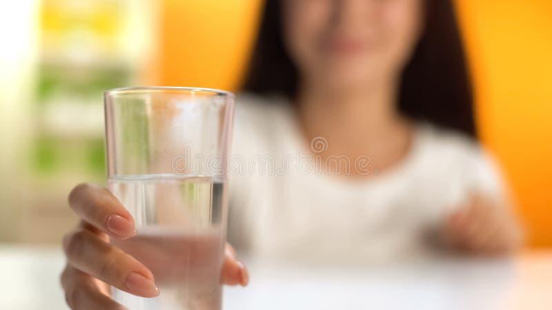 Vrouw die zoet water, lichaamshydratie, drank voor gewichtsverlies houden, verfrissing royalty-vrije stock afbeeldingen