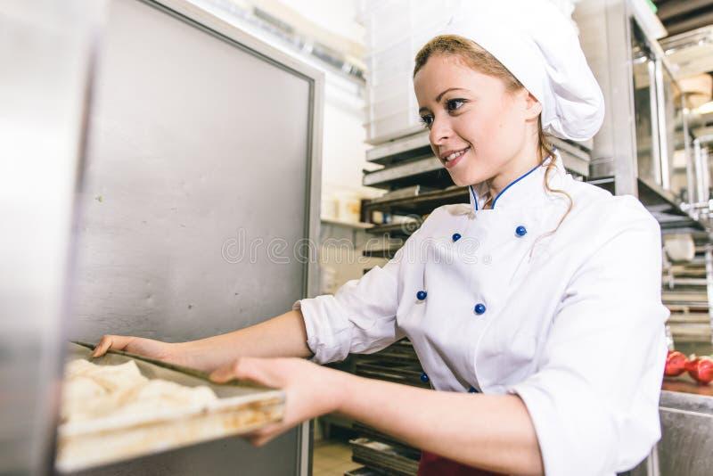 Vrouw die zoete croissants voorbereiden royalty-vrije stock foto