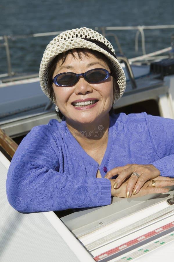 Vrouw die zonnebril op zeilboot dragen (portret) royalty-vrije stock afbeelding