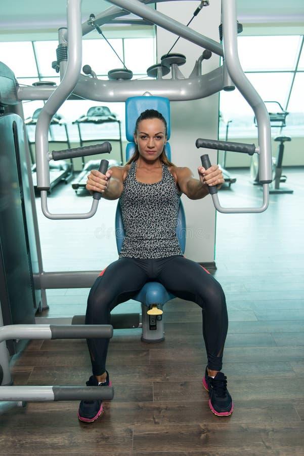 Vrouw die Zwaargewicht Oefening voor Borst doen stock foto's