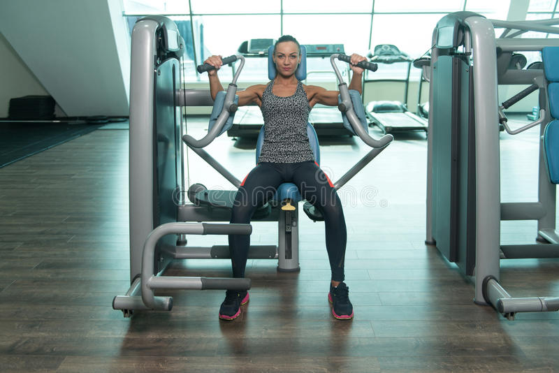 Vrouw die Zwaargewicht Oefening voor Borst doen stock fotografie