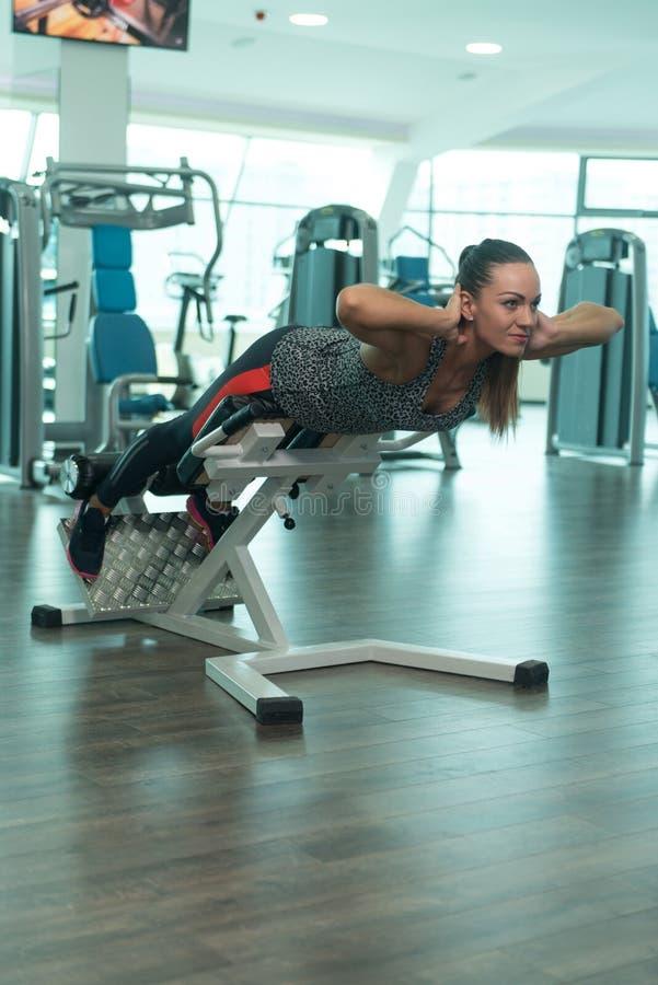 Vrouw die Zwaargewicht Oefening voor Rug doen royalty-vrije stock foto