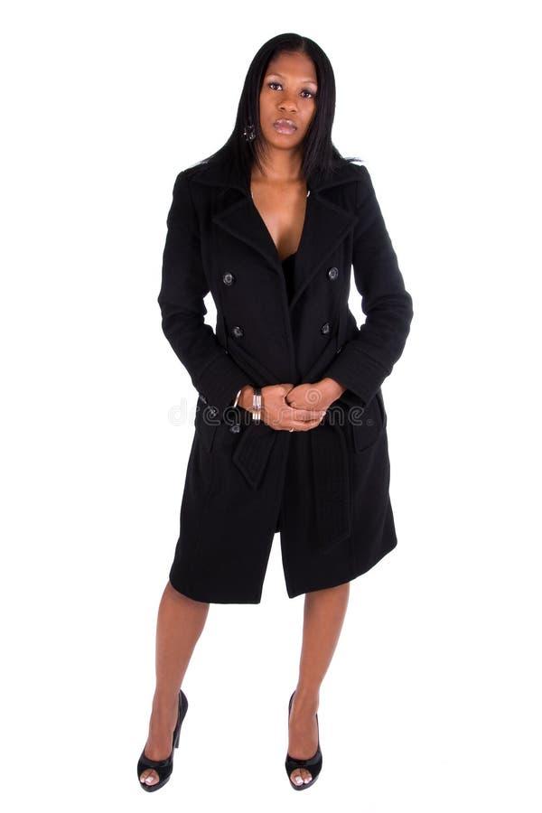 Vrouw die zwarte laag draagt. royalty-vrije stock afbeelding