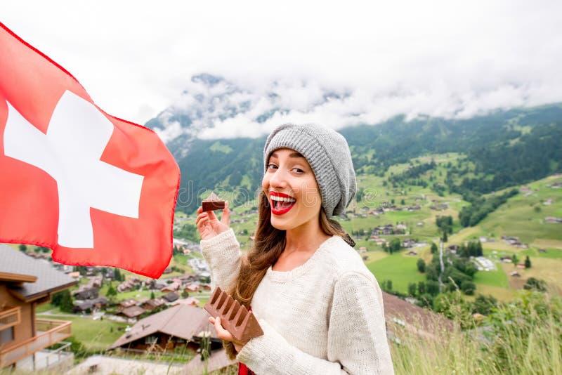Vrouw die Zwitserse chocolade eten stock afbeeldingen