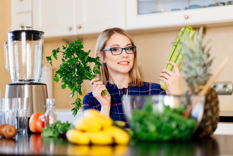 Vrouw dieet in keuken stock afbeeldingen