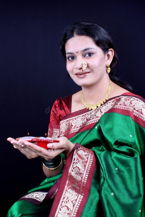 Vrouw in Diwali stock afbeeldingen