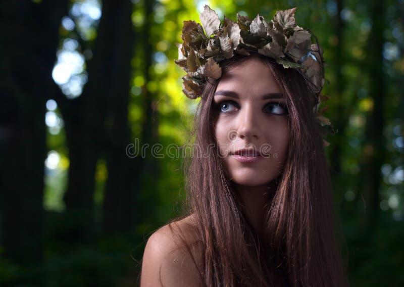 Vrouw in donker bos stock foto