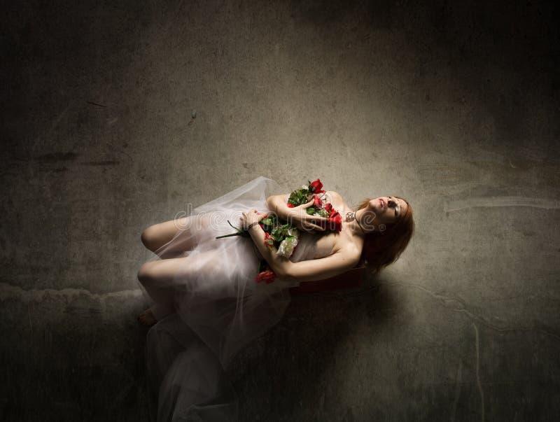 vrouw dood met bloemen stock afbeelding