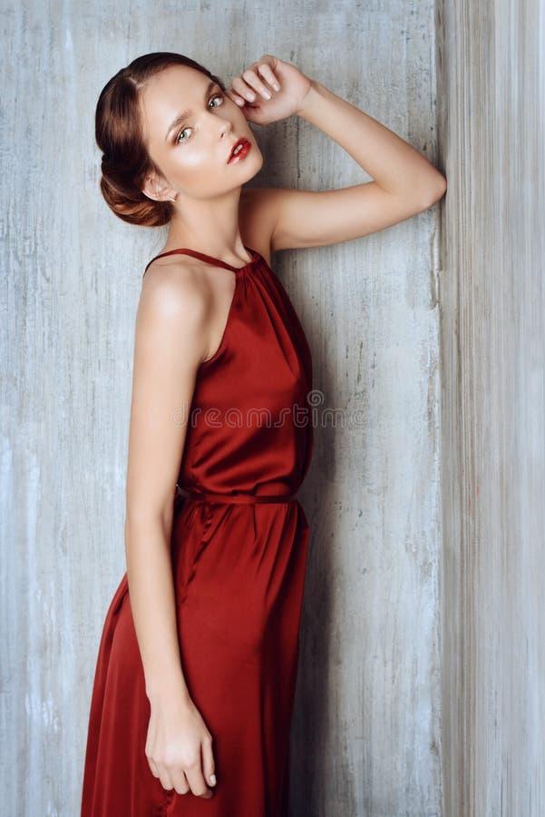 Vrouw door de muur stock fotografie