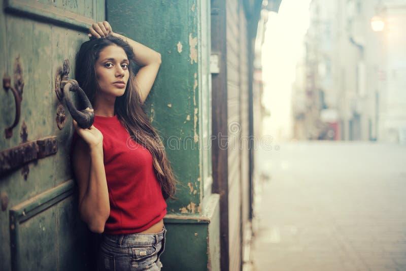 Vrouw door een deur stock foto