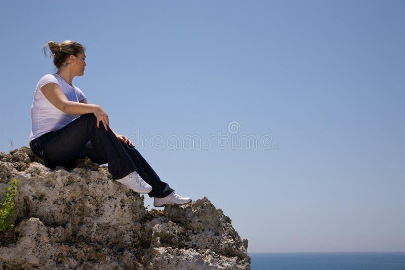 Vrouw door het overzees stock foto