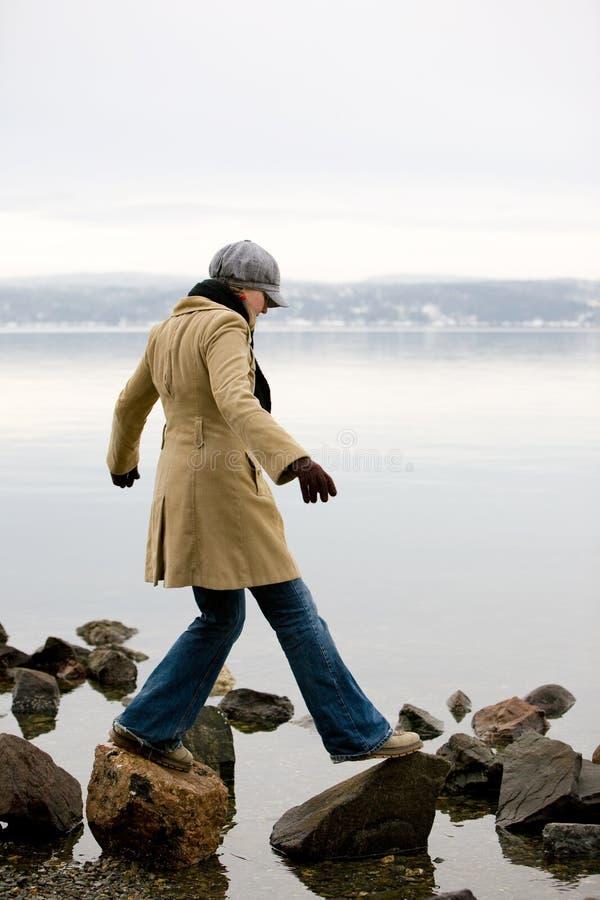 Vrouw door Oceaan stock afbeelding