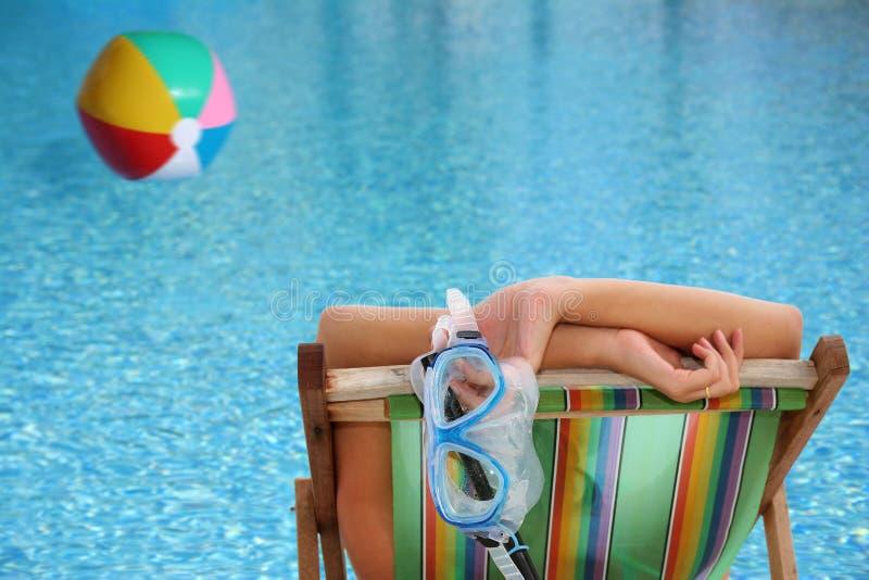 Vrouw door Pool stock afbeelding