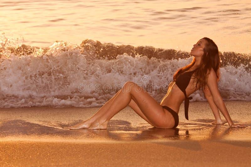 Vrouw door strand stock afbeelding