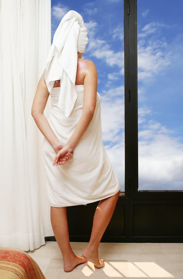 Vrouw door Venster stock foto