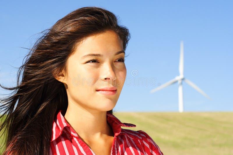 Vrouw door windturbine stock foto's