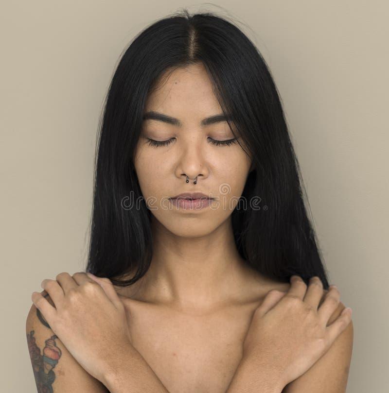 Vrouw Doordrongen Neus Vreedzaam Ring Bare Chest Arts Calm stock foto's