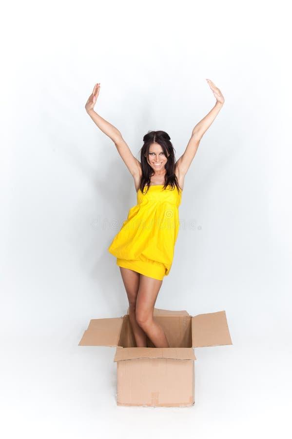 Vrouw in doos stock foto