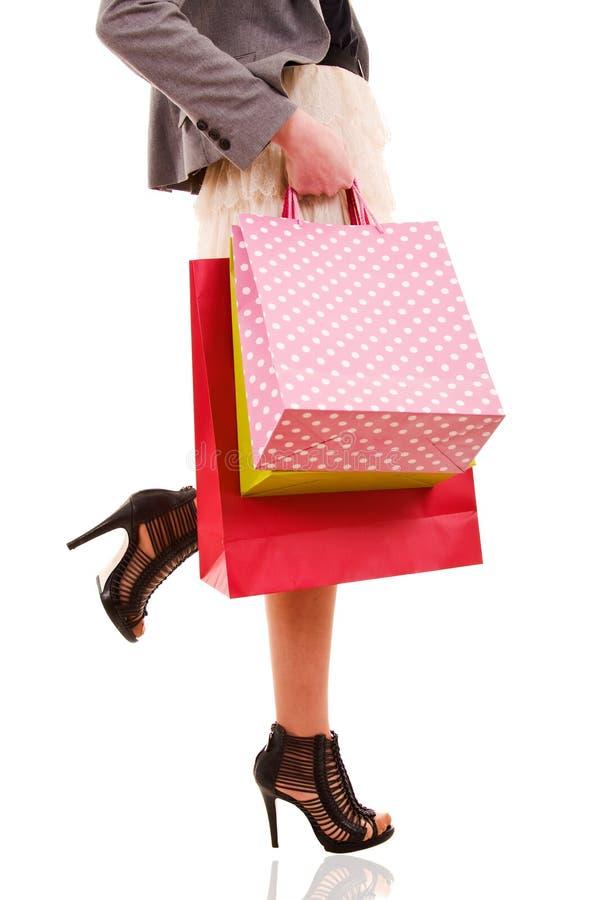 vrouw dragende het winkelen zakken stock afbeelding