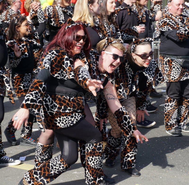 Vrouw drie in luipaard wordt gemaskeerd die en pret stellen hebben in Carnaval dat royalty-vrije stock afbeeldingen