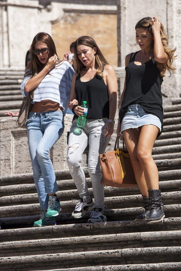 Vrouw drie onderaan Spaanse stappen stock foto