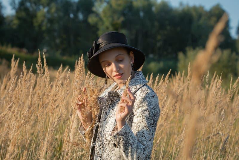 Vrouw in droog gras royalty-vrije stock afbeelding