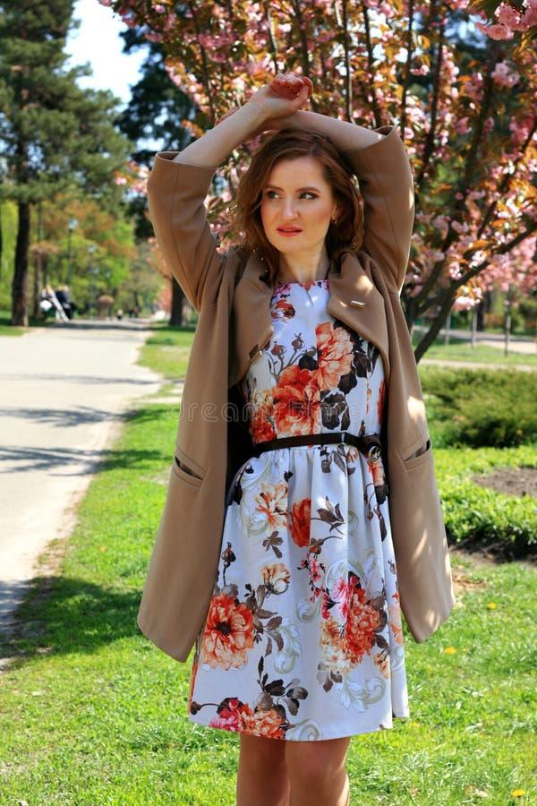 Vrouw in een bloeiend park van de kersenbloesem royalty-vrije stock afbeeldingen