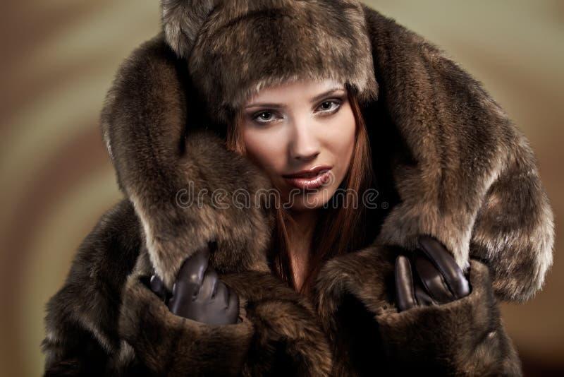 Vrouw in een bontjas stock foto