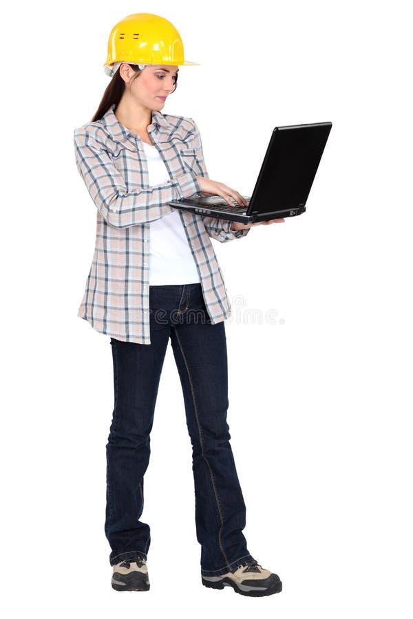 Vrouw in een bouwvakker royalty-vrije stock afbeelding