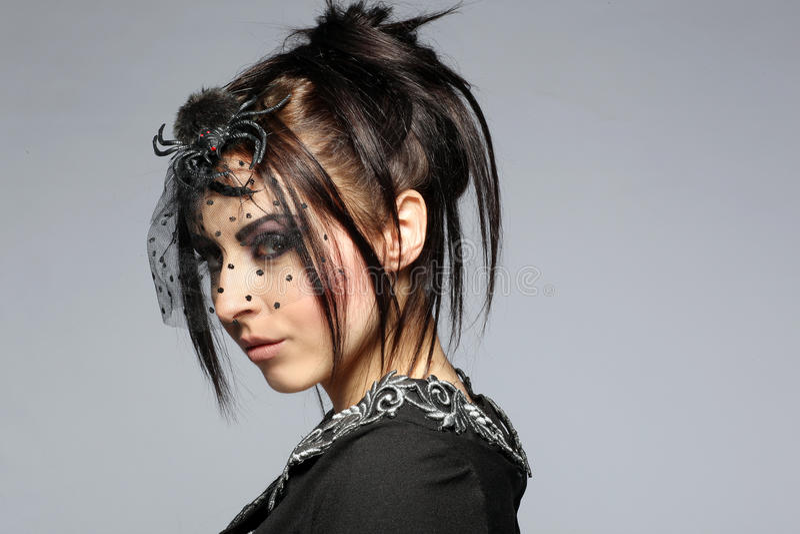Vrouw in een elegante zwarte kleding royalty-vrije stock fotografie