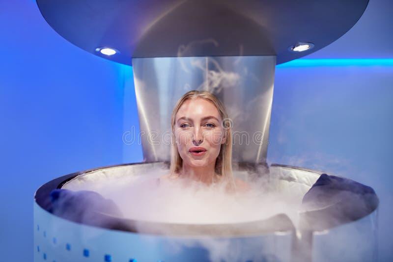 Vrouw in een geheel lichaams cryotherapy cabine royalty-vrije stock fotografie
