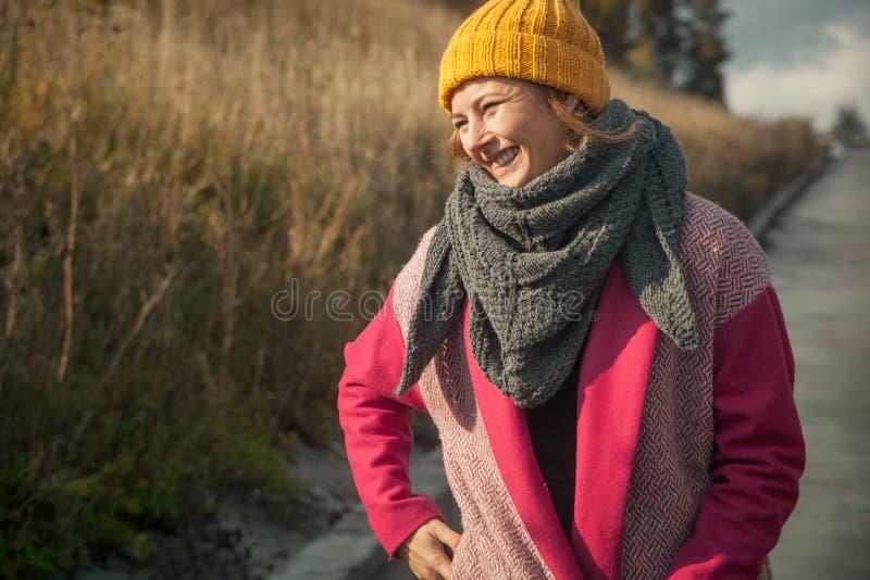 Vrouw in een gele gebreide hoed stock foto's