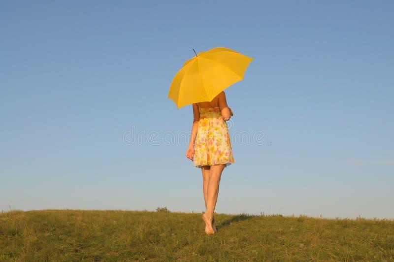 Vrouw in een gele kleding royalty-vrije stock afbeelding