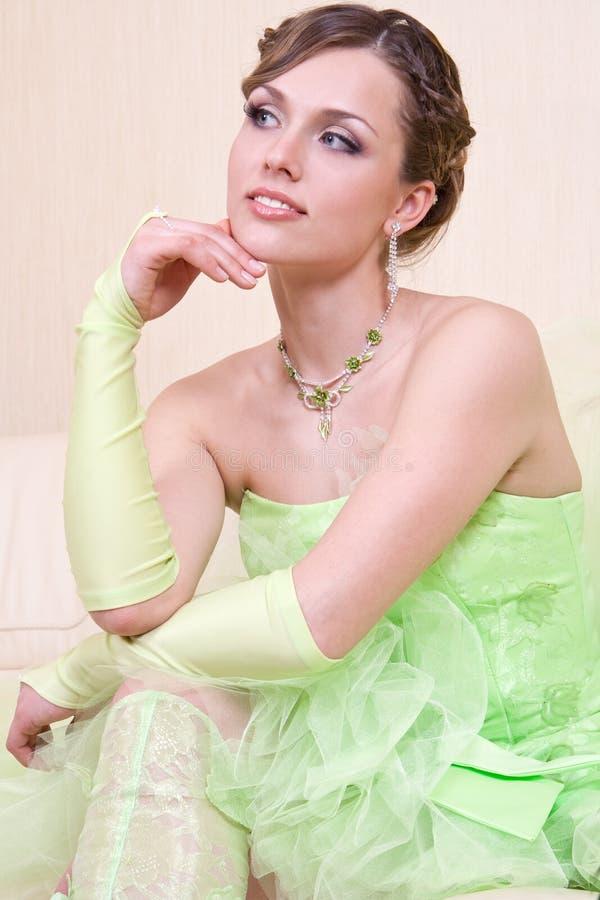 Vrouw in een groene kleding royalty-vrije stock foto