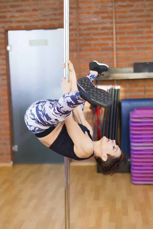 Vrouw in een gymnastiek op een pool stock afbeeldingen